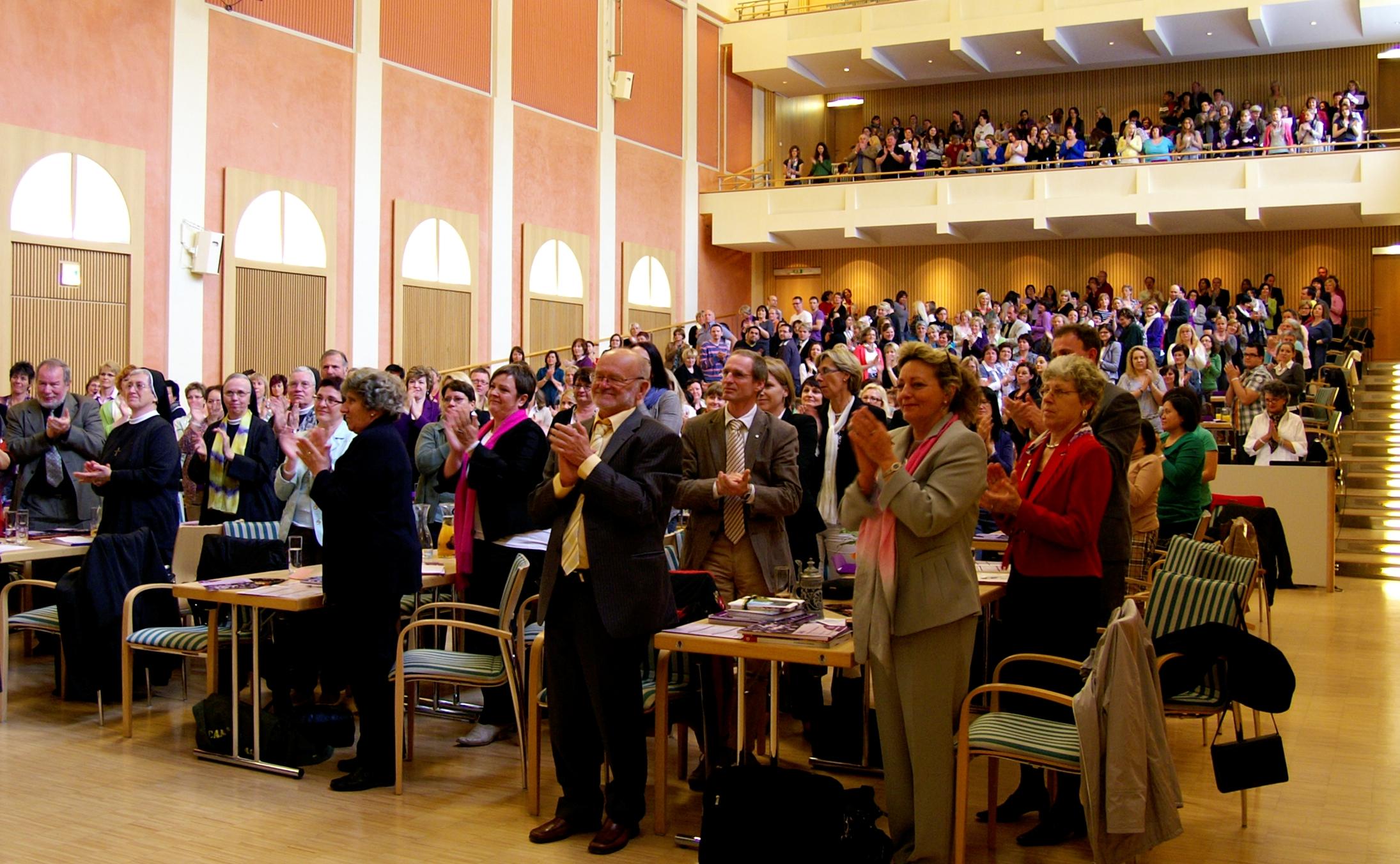 standing ovations der rund 500 Kongressgäste für Sr. Liliane Juchli