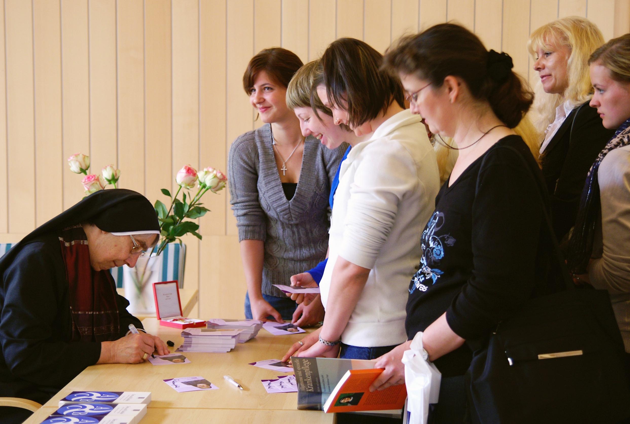 Autogrammstunde mit Sr. Liliane Juchli
